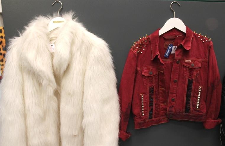 Valkoinen turkki ja punainen farkkutakki