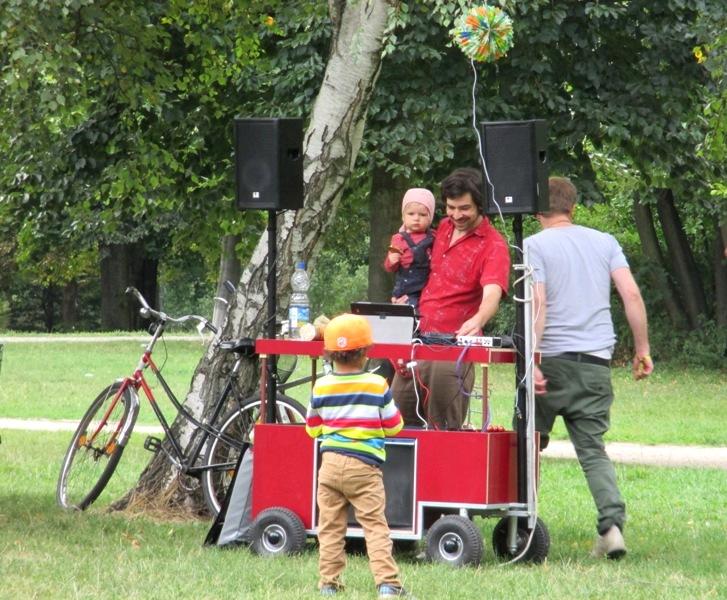 Tämä keksintö ansaitsisi jo patentin: perheenisä ja kuljetettava DJ-vaunu